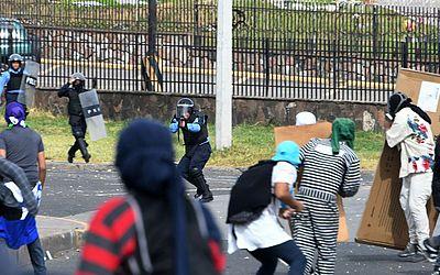 Protesto de estudantes da Universidade Nacional Autónoma de Honduras que bloqueiam o boulevard Suyapa. Eles protestam contra o aumento do preço dos transportes urbanos e táxi em  Tegucigalpa.