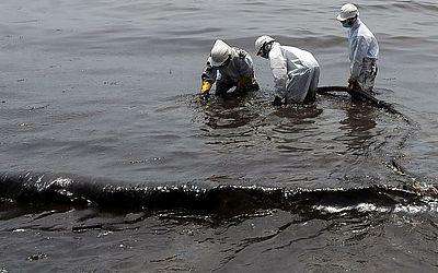 Soldados do Sri Lanka removem o resíduo de um vazamento de oleoduto na praia de  Uswetakeiyawa, cidade costeira ao norte de Colombo.