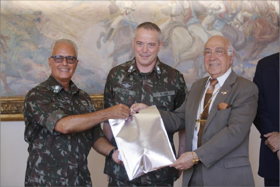 Da esquerda para a direita, os generais Silva Alvim e Bezerra Leonel, acompanhados do diretor da ABI