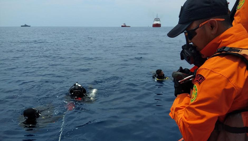 Equipes de resgate fazem buscas no mar nesta segunda-feira (Handout / BASARNAS / AFP)