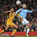 Agüero, de azul, briga pela bola com Lucas Green-Birch, do Port Vale