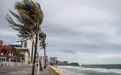 Os ventos fortes e as chuvas em Salvador devem se estender até o próximo domingo (24).