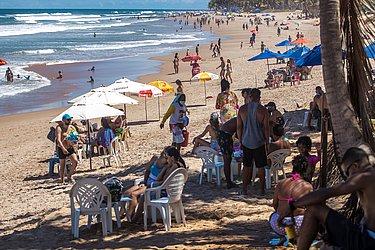 Praia do Flamengo cheia durante o domingo de Páscoa.