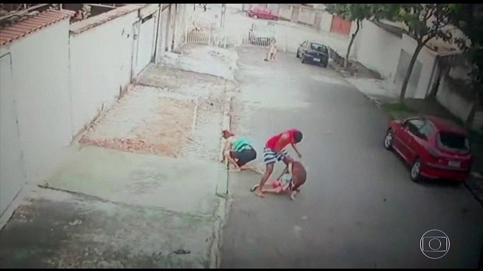 Resultado de imagem para Homem salva criança de 5 anos de ataque de pitbull no Rio
