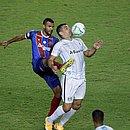 Ernando tenta tirar a bola de Diego Souza durante a derrota do Bahia para o Grêmio