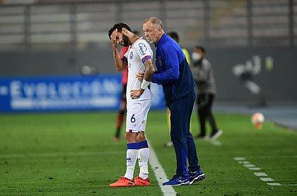 Mano Menezes passando instruções para Juninho Capixaba durante o jogo em Lima