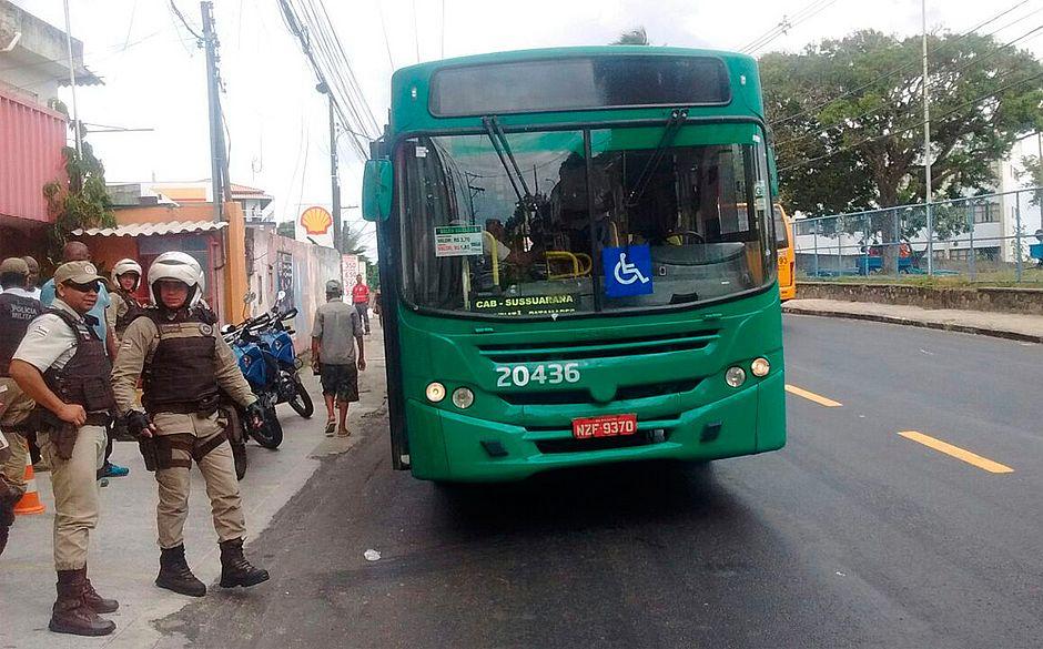 Dois adolescentes são baleados durante assalto a ônibus em Sussuarana -  Jornal CORREIO  c21ab72a39902