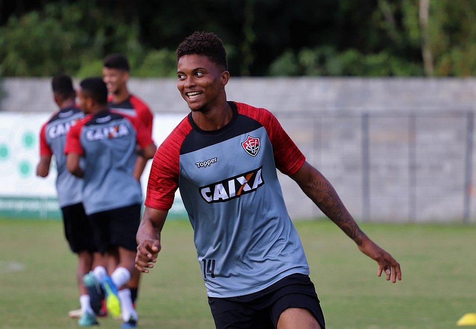 Lucas Ribeiro tem 19 anos e apenas cinco meses como profissional (Maurícia  da Matta EC Vitória) 1b1cf6b37bf66
