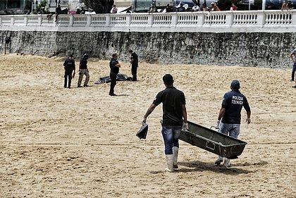 Peritos recolhem corpo encontrado boiando no Porto da Barra