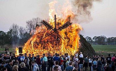 Fogueira marca o domingo de Páscoa, em Dijkerhoek, na Holanda.