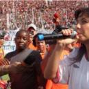 No gramado do Barradão, Ivete Sangalo festeja acesso do Vitória à Série A do Brasileiro
