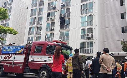 Bombeiros e moradores em frente ao edífício onde um morador colocou fogo no próprio apartamento e atacou com faca os moradores que tentavam dissipar as chamas, causando a morte de cinco pessoas e ferindo outras 12.