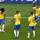 Willian, Jesus, Coutinho e Neymar imitam o choro de Quico após o primeiro gol