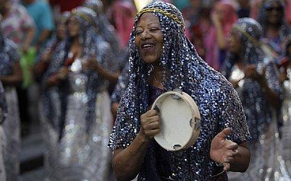 Os grupos fantasiados desfilaram tocando percussão no Pelourinho