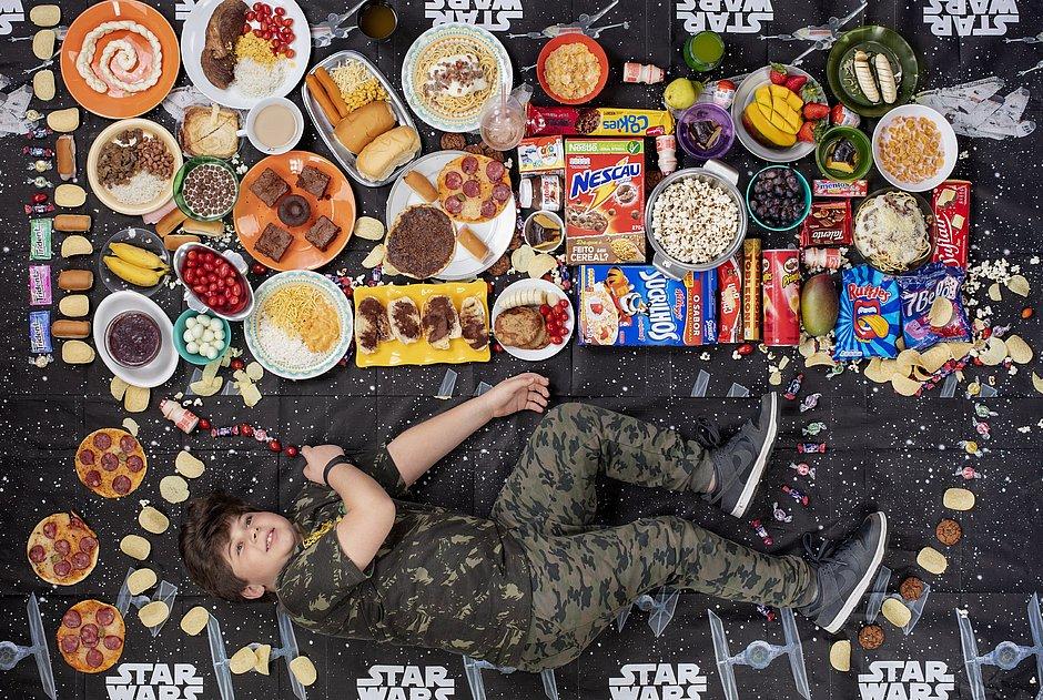 Imagens de Gregg Segal, que podem ser vistas no site www. greggsegal.com, alertam paraaumento do consumo de industrializados.Na foto, o brasiliense Henrico
