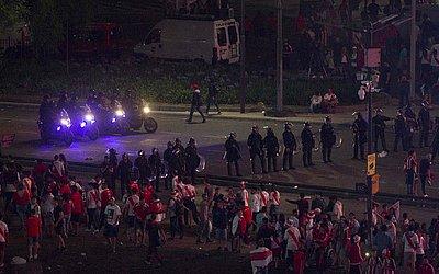 No início da manhã a polícia de choque dispersa os torcedores do River Plate para a Plaza de la Republica em Buenos Aires, Argentina, depois que a equipe venceu a final de Copa Libertadores da América.