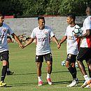 Juninho (centro) deve retornar ao time