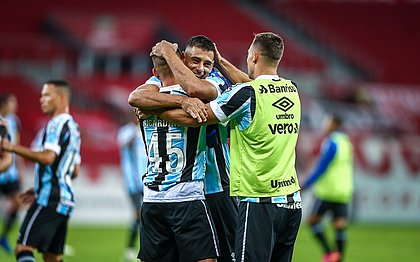 Autores dos gols do Grêmio, Diego Souza e Ricardinho comemoram