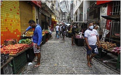 Mercado informal de Salvador é saída para quem precisa sobreviver