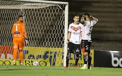 Léo Ceará, em comemoração com Frizzo: atacante fez dois gols sobre o Paraná