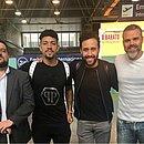 Douglas Augusto publica foto no aeroporto junto com empresários