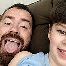 Leniel Borel ao lado do filho, Henry Borel, de 4 anos