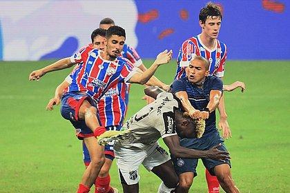Nino e Daniel agridem Mendoza, do Ceará