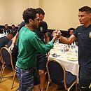 Daniel Alves cumprimenta Thiago Silva
