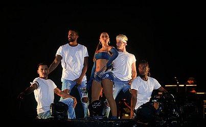 Anitta e seus dançarinos