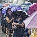 Mesmo embaixo de chuva, população foi se vacinar
