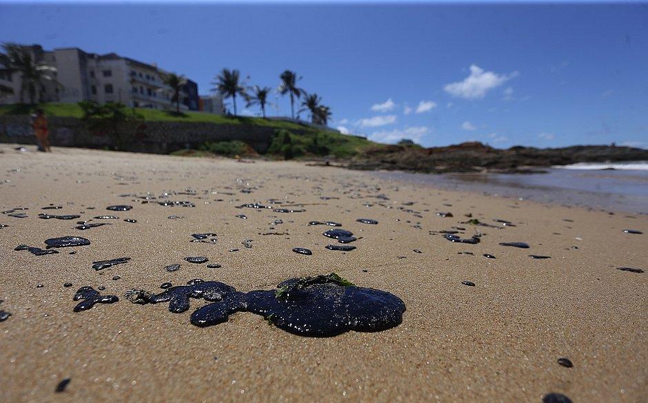 Sem proteção, voluntária passa mal após limpar praia com óleo em Salvador