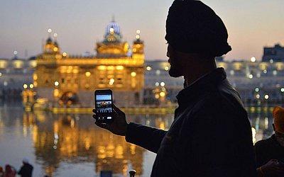 Devoto Sikh faz selfie em frente ao Templo Dourado em Amritsar. O mais sagrado santuário do Sikhismo já proibiu o uso de câmeras fotográficas e celulares, encluindo selfies.