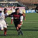 Menezes e Bruno Bispo fazem marcação dura durante o empate entre Bahia de Feira e Vitória, na Arena Cajueiro