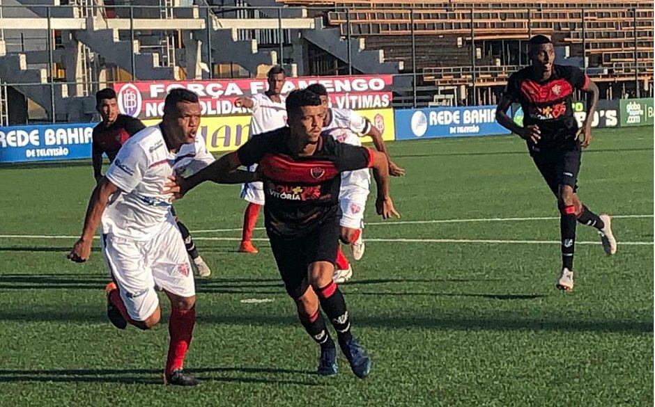 66ac46bf6e Menezes e Bruno Bispo fazem marcação dura durante o empate entre Bahia de  Feira e Vitória