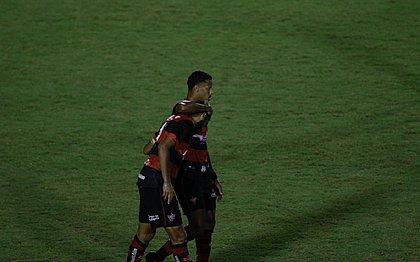 Ygor Catatau consola Wallace após eliminação do Vitória no Baiano