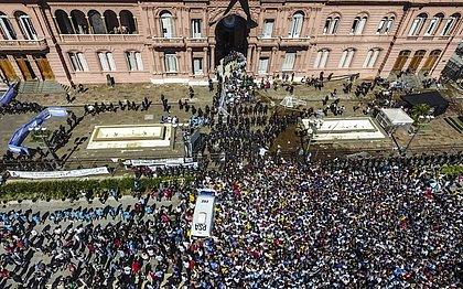 Multidão em frente à Casa Rosada, em Buenos Aires, para se despedir de Maradona