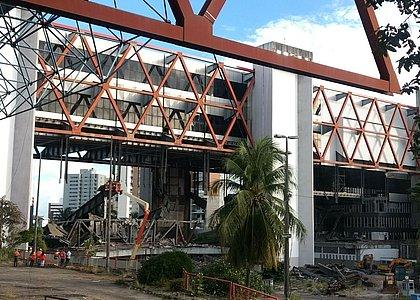 Desmontagem do Centro de Convenções provoca estrondo e assusta moradores