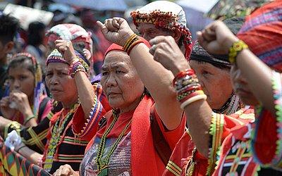 Militantes de um grupo indígena protestam em frente ao Palácio Malacanang, em Manila.