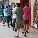 Torcedores fazem fila no Shopping Bela Vista para retirada de ingressos da Copa América