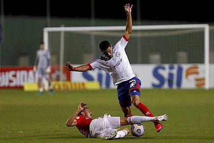 Matheus Bahia disputa bola em jogo contra o Internacional, no Brasileirão