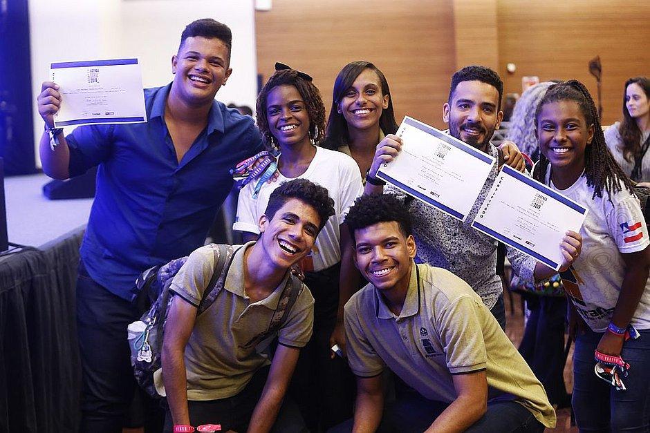 Jovens e professor do CJCC, vencedores do Desafio Agenda Bahia
