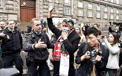 O franco-argelino Rachid Nekkaz é detido por policiais à porta do Parlamento da Dinamarca, onde ele pretendia cumprir sua promessa de pagar as multas das mulheres que descumpriram a lei que proibe usar véus em locais públicos
