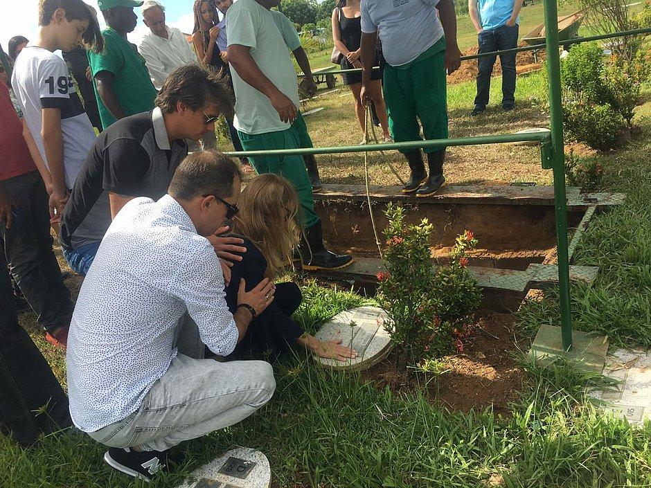 b2e0ab36b8cc59 Pai de Lucas Terra é sepultado ao lado do filho; história será ...