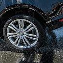 Ligação do veículo com o piso, o pneu influência na dirigibilidade e segurança. Se estiver murcho, por exemplo, pode dificultar as manobras e aumentar o consumo de combustível