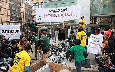 """Ativistas da ONG francesa 'Les Amis de la Terre""""(amigos da terra) e ANV Cop21 despejam sucatas de eletrônicos em frente à sede francesa da varejista on-line dos EUA Amazon, em Clichy, noroeste de Paris."""