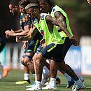 Após incômodo no tornozelo, Neymar treina normalmente com a seleção brasileira