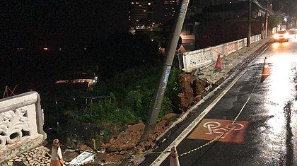 Chuva derruba muro de contenção e calçada na Ladeira da Barra