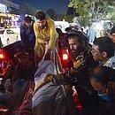 Voluntários retiram homem ferido