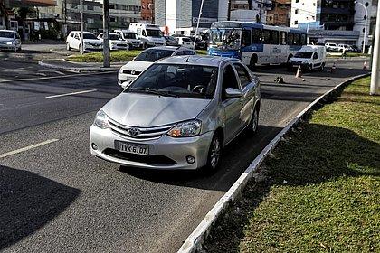 Carro ficou parado no local até a manhã desta segunda-feira, próximo à Corregedoria da PM