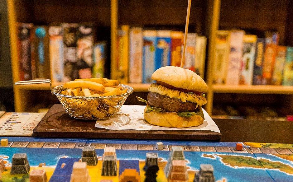 Veja quatro lugares de Salvador que unem comidas gostosas a jogos